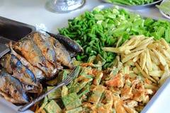 Gebratene Makrele mit Garnelenpastesoße und gekochtem Gemüse Lizenzfreies Stockbild