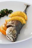 Gebratene Makrele mit Salsa verde Stockbild