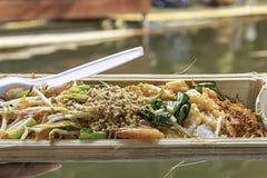 Gebratene Nudel mit Frühlingszwiebel und Sojabohnensprossen im Bambus stockfotos