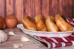 Gebratene Pastetchen mit Kartoffeln Stockbilder