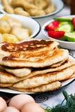 Gebratene Pfannkuchen auf der festlichen Tabelle Lizenzfreie Stockbilder
