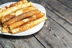 Gebratene Pfannkuchen auf der Platte auf einer rustikalen Tabelle Stockfotografie