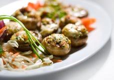Gebratene Pilze in der Knoblauchsoße lizenzfreies stockfoto