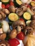 Gebratene Pilze mit Zucchinitomaten und -zwiebeln Lizenzfreies Stockfoto