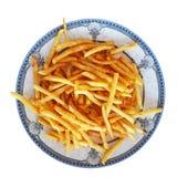 Gebratene Pommes-Frites Teller in einem Restaurant auf einer sch?nen Platte mit einer blauen Verzierung und Muscheln kein wei?er  lizenzfreie stockfotos
