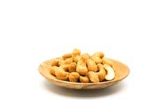 Gebratene salzige Acajounüsse in einer hölzernen Platte Lizenzfreie Stockfotografie