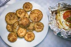 Gebratene Scheiben von Zucchinizucchini und von gegrilltem Feta Stockfoto