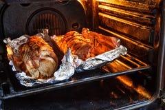Gebratene Schweinefleischrolle angefüllt mit Gemüse und Knoblauch Stockfoto