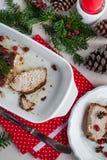 Gebratene Schweinelende mit Kirschen und Gewürzen auf feierlicher Tabelle Lizenzfreie Stockfotos