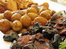 Gebratene Schweinelende, Truthahnbrust und Schätzchenkartoffeln Lizenzfreies Stockbild