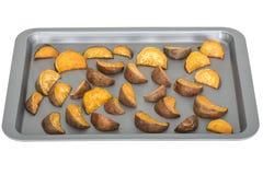 Gebratene Süßkartoffel-Keile auf Backblech Stockfoto