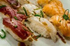 Gebratene Sushi am japanischen Restaurant Stockbild