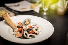 Gebratene Teigwaren mit schwarzer Pfeffer Meeresfrüchten Stockfotos