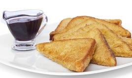 Gebratene Toast und Beerensoße Stockfotos