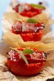 Gebratene Tomatehälften mit Speck und Salbei Lizenzfreie Stockfotos
