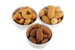 Gebratene und gesalzte Acajounüsse, Paranüsse und Mandeln Stockfoto