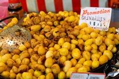Gebratene vollständige Kartoffeln für Verkauf Lizenzfreies Stockfoto
