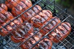 Gebratene Würste auf dem Grill für ein Picknick Stockfoto
