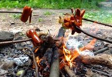 Gebratene Würste auf Feuer Stockbild