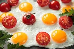 Gebratene Wachteleier mit Tomaten Lizenzfreies Stockfoto