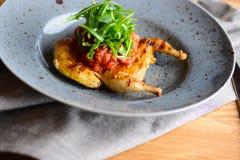 Gebratene Wachteln auf einer grauen Platte dienten für ein Abendessen in einem Restaurant Köstliches Mahlzeitkonzept Lizenzfreie Stockfotos