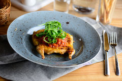 Gebratene Wachteln auf einer grauen Platte dienten für ein Abendessen in einem Restaurant Köstliches Mahlzeitkonzept Stockfoto