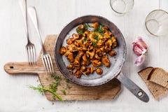 Gebratene wilde Pilze in der Wanne lizenzfreie stockfotografie
