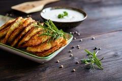 Gebratene wohlschmeckende Pfannkuchen mit Truthahnfleisch, -kartoffel, -käse und -kräutern Lizenzfreies Stockfoto