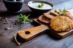 Gebratene wohlschmeckende Pfannkuchen mit Truthahnfleisch, -kartoffel, -käse und -kräutern Stockbilder