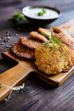 Gebratene wohlschmeckende Pfannkuchen mit Truthahnfleisch, -kartoffel, -käse und -kräutern Stockfotografie