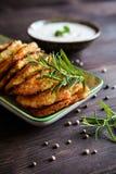 Gebratene wohlschmeckende Pfannkuchen mit Truthahnfleisch, -kartoffel, -käse und -kräutern Lizenzfreie Stockbilder