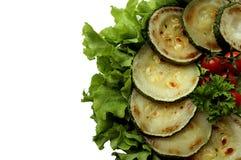 Gebratene Zucchini mit den Kirschtomaten, die auf einer Platte liegen Stockfoto
