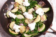 Gebratene Zucchini, rote Zwiebeln, getrockneter Paprika und Ricottakäse lizenzfreies stockfoto