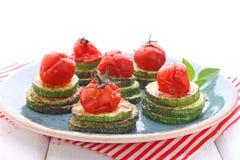 gebratene Zucchini und gebratene Kirschtomaten lizenzfreie stockfotos