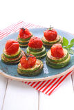gebratene Zucchini und gebratene Kirschtomaten stockfotos