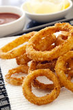 Gebratene Zwiebelen-Ringe mit Ketschup und Zitrone Lizenzfreies Stockfoto