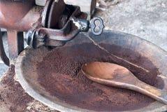 Gebratener Arabicakaffee, der im alten Schleifer reibt lizenzfreie stockfotos