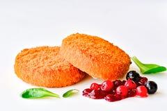 Gebratener Camembertkäse mit Beeren lizenzfreies stockfoto
