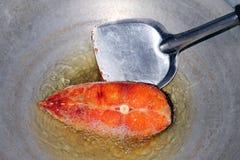 Gebratener Fisch bessert in der Heißölwanne, der gebratene Fisch für Diät, die Fischschneiden-Teilscheibe aus, die im Öl Wanne ko lizenzfreies stockfoto