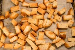 Gebratener gebackener traditioneller Imbiss der knusprigen knusperigen goldenen Croutons wie Cracker vom Weißbrot stockbild