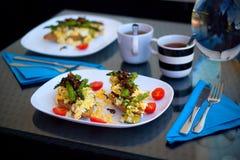 Gebratener grüner Spargel mit scrumbled Weizentoast der Eier im Allgemeinen Lizenzfreies Stockbild