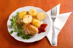 Gebratener Huhntrommelstock mit Kartoffeln Stockbild