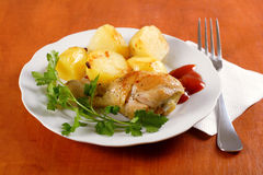 Gebratener Huhntrommelstock mit Kartoffeln Lizenzfreies Stockbild