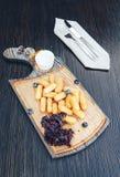 Gebratener Käse haftet mit Soße auf einem hölzernen Brett des Ausschnitts Hölzerner Hintergrund stockfoto