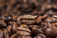Gebratener Kaffeebohnehintergrund stockfotos