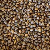 Gebratener Kaffeebohnehintergrund stockfoto