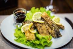 Gebratener Karpfen, gebratener Fisch, Restaurant, dienende Mahlzeiten in einem restauran Stockfotos