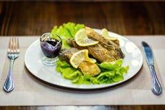 Gebratener Karpfen, gebratener Fisch, Restaurant, dienende Mahlzeiten in einem restauran Lizenzfreie Stockbilder