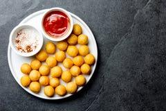 Gebratener Kartoffelball, crocettes auf weißer Platte mit Tomatensauce, Schieferhintergrund, Draufsicht stockfoto