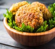 Gebratener Kichererbse Falafel und Blätter des grünen Salats lizenzfreie stockbilder